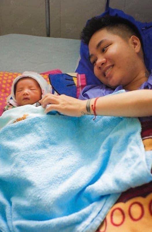 Cận cảnh mẹ bỉm sữa chăm con mọn của người đàn ông Việt Nam đầu tiên mang thai-2