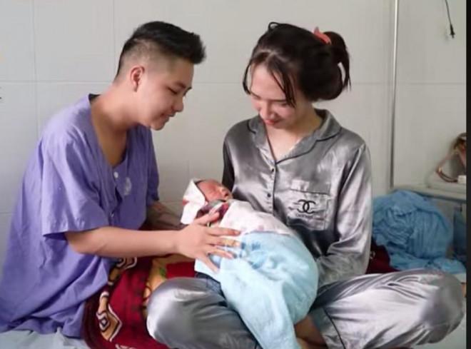 Cận cảnh mẹ bỉm sữa chăm con mọn của người đàn ông Việt Nam đầu tiên mang thai-3