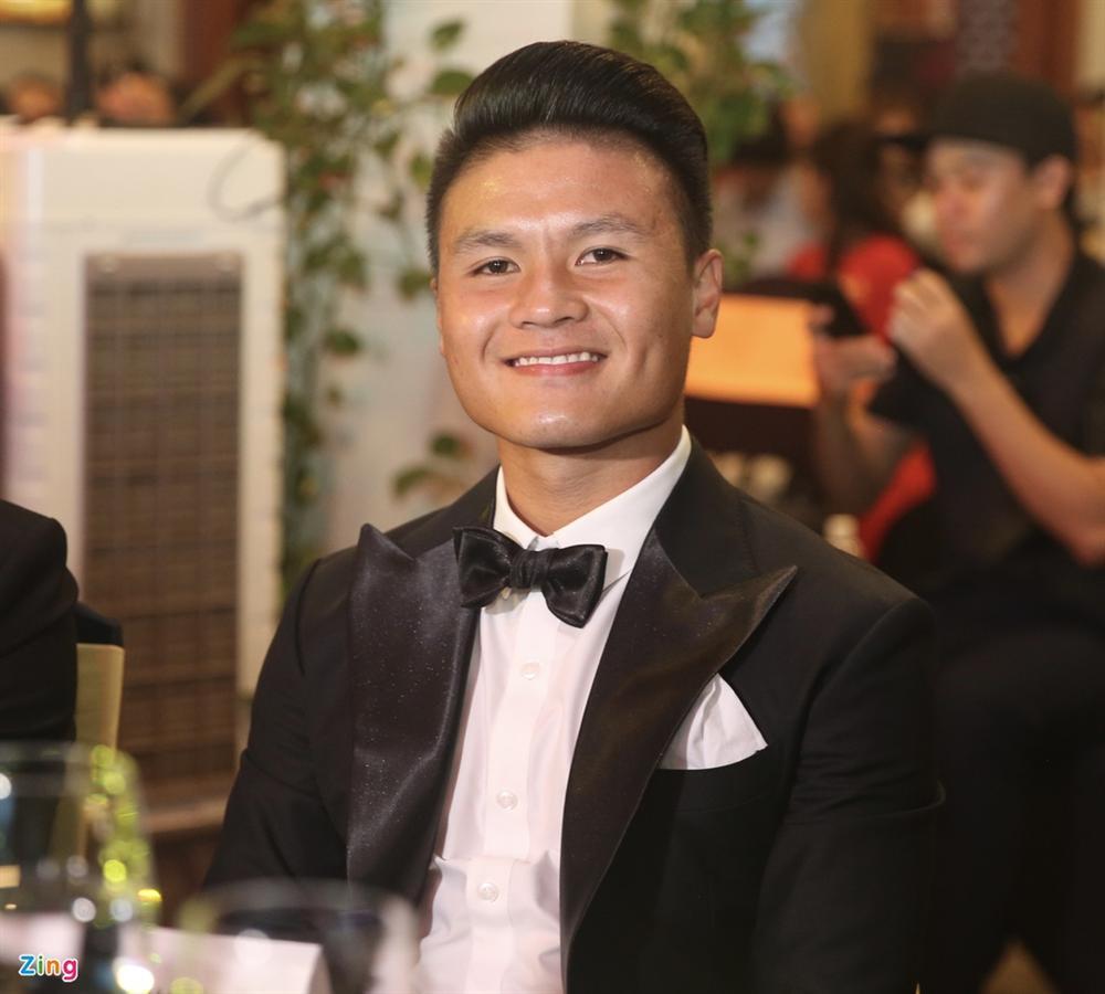 Huỳnh Anh rạng rỡ bên Quang Hải tại gala Quả bóng vàng 2019-1