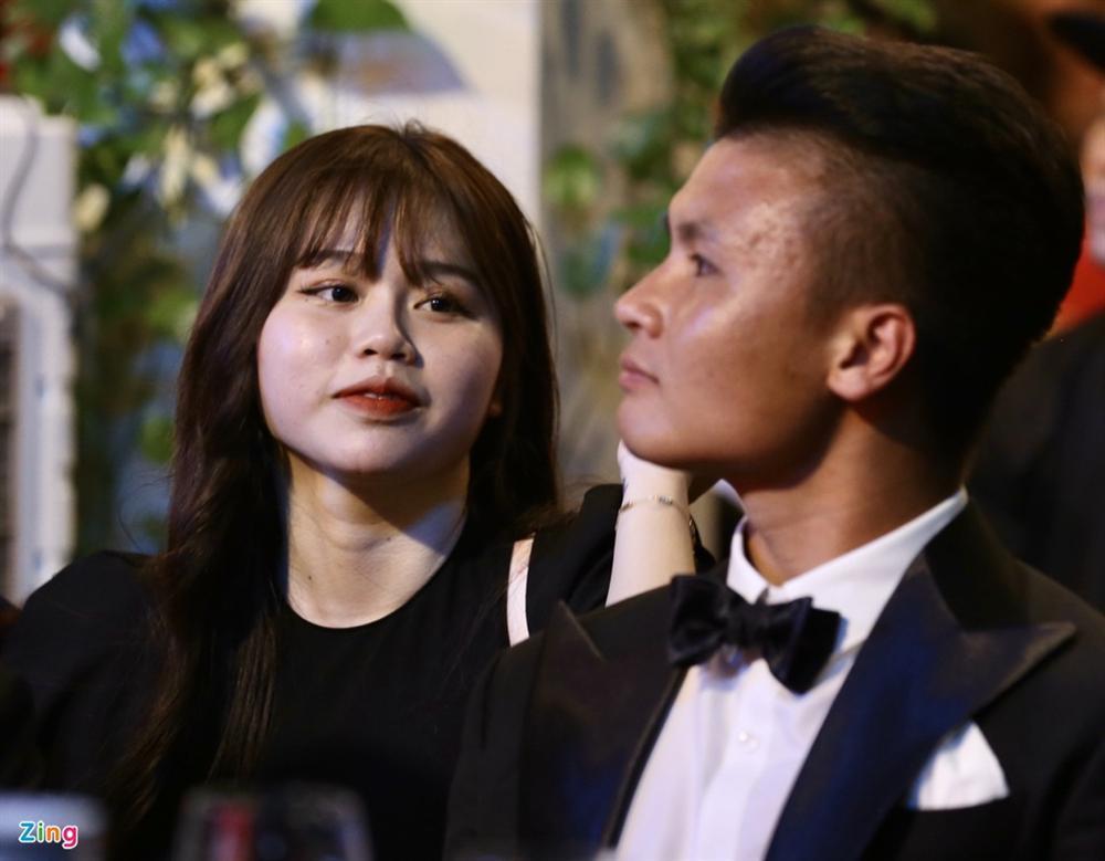 Huỳnh Anh rạng rỡ bên Quang Hải tại gala Quả bóng vàng 2019-4