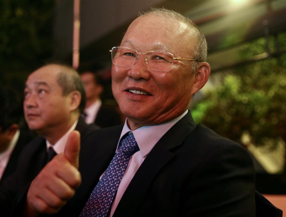 Huỳnh Anh rạng rỡ bên Quang Hải tại gala Quả bóng vàng 2019-5