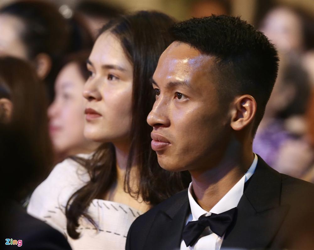 Huỳnh Anh rạng rỡ bên Quang Hải tại gala Quả bóng vàng 2019-6
