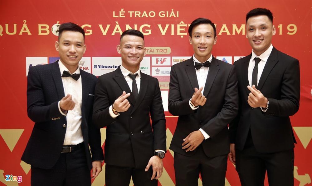 Huỳnh Anh rạng rỡ bên Quang Hải tại gala Quả bóng vàng 2019-7