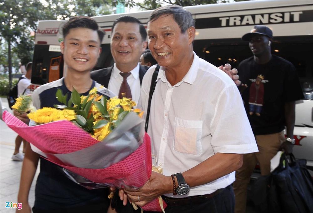 Huỳnh Anh rạng rỡ bên Quang Hải tại gala Quả bóng vàng 2019-8