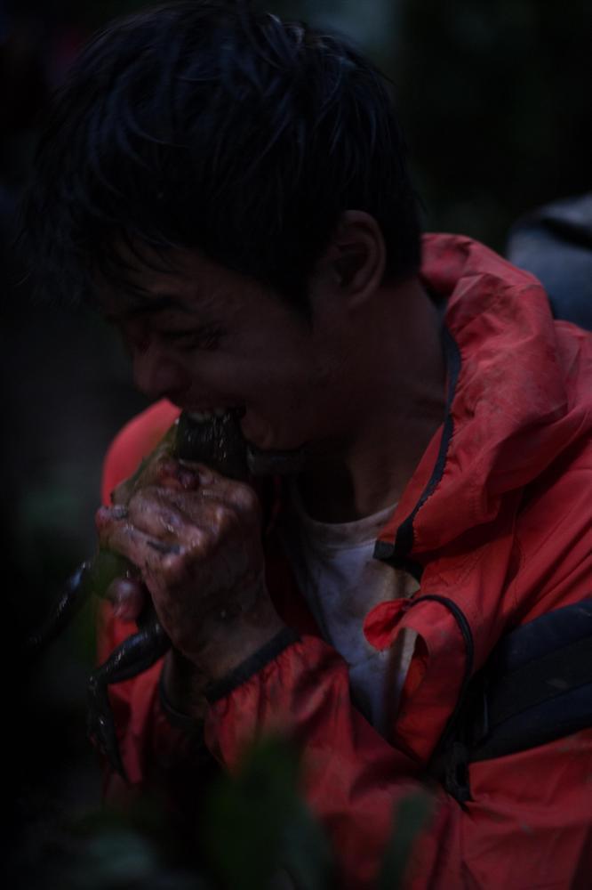 Diễn viên phim sinh tồn Tà Năng Phan Dũng phải ăn 3 con ếch sống khi vào vai phượt thủ-3