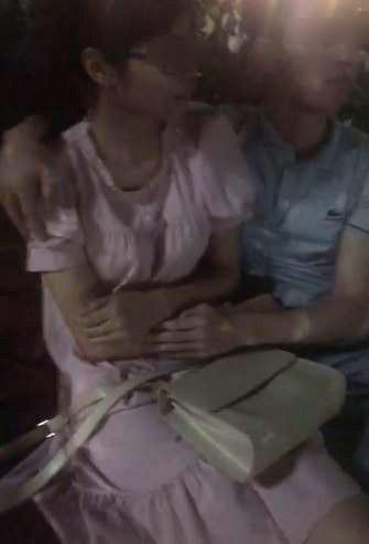 Thấy cặp đôi chuẩn bị hôn nhau, thanh niên trẻ giả hỏi đường rồi làm trò phản cảm-2
