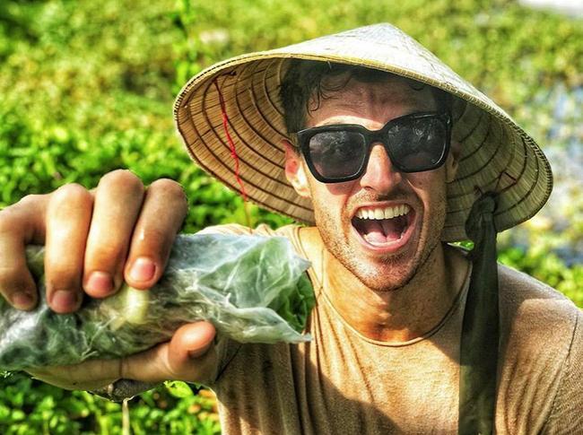 Chàng Tây quay clip bày cách nấu thịt kho hột vịt bằng rìu, bạn bè quốc tế tròn mắt ngạc nhiên, dân mạng Việt chắp tay bái phục-1