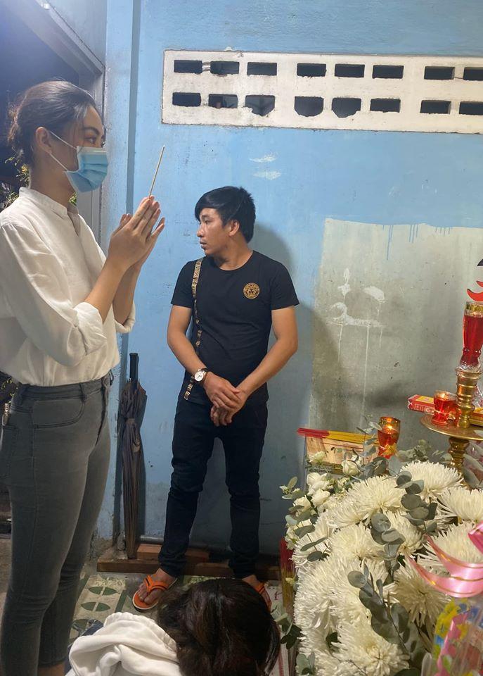 Hoa hậu Lương Thùy Linh viếng bé trai tử nạn do cây đè-1