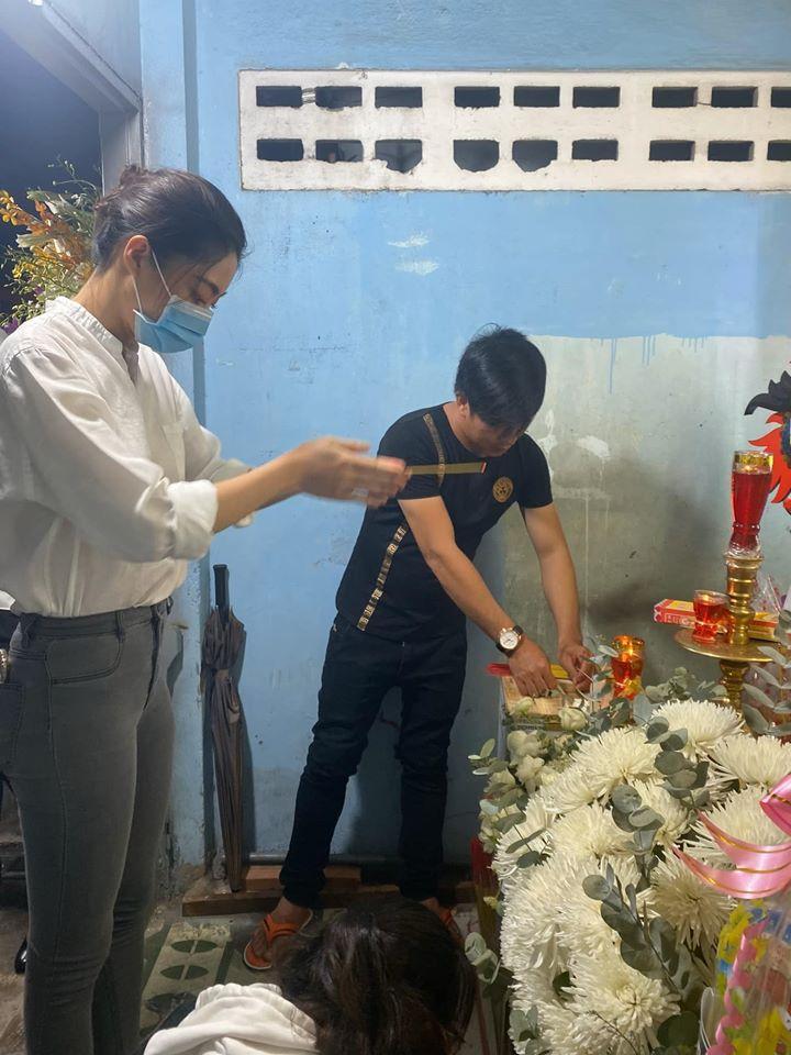 Hoa hậu Lương Thùy Linh viếng bé trai tử nạn do cây đè-2