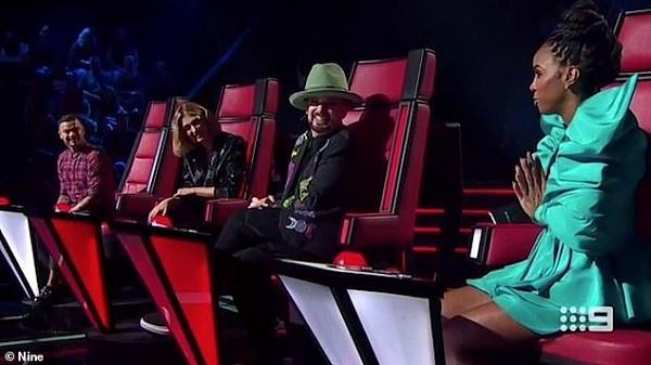 Chuyện lạ ở The Voice: Bấm nút quay ghế xong, giám khảo Kelly Rowland lại từ chối nhận thí sinh về đội mình-3