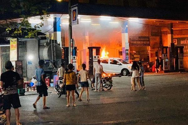 Clip: Nửa đêm, cây xăng ở Hào Nam bốc cháy ngùn ngụt, người dân la hét, hô hào dập lửa-1