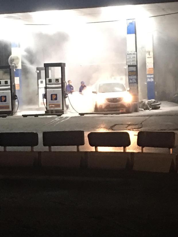 Clip: Nửa đêm, cây xăng ở Hào Nam bốc cháy ngùn ngụt, người dân la hét, hô hào dập lửa-2