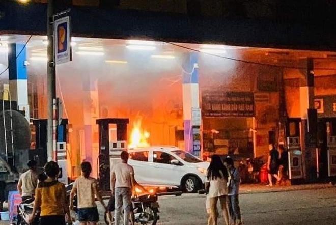 Clip: Nửa đêm, cây xăng ở Hào Nam bốc cháy ngùn ngụt, người dân la hét, hô hào dập lửa-4