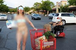 Lấy khẩu trang làm bikini, nữ nghệ sĩ Mỹ bị chỉ trích dữ dội