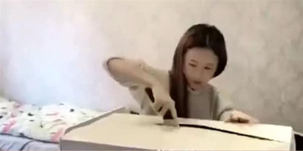 Chui vào hộp quà để tạo bất ngờ cho bạn gái, chàng trai phải khâu 20 mũi vì... người yêu dùng dao mở quà-1