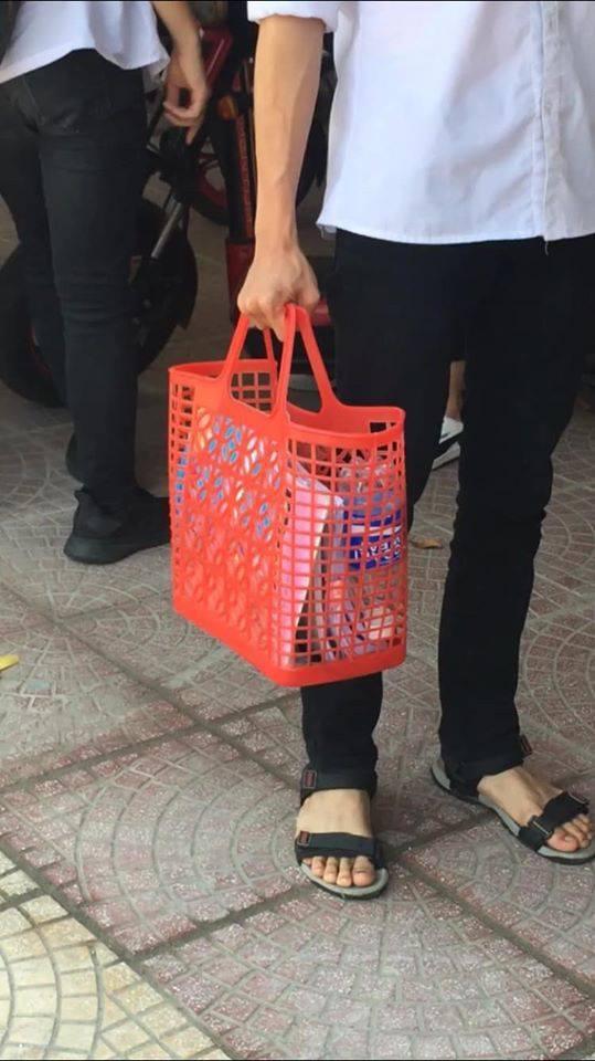 Nam sinh mượn giỏ đi chợ huyền thoại của mẹ làm cặp sách đến trường: Độc đáo, chịu chơi chẳng ai bằng!-1