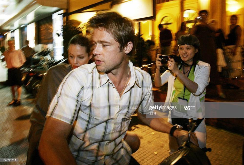 Ảnh Angelina Jolie - Brad Pitt đi xe máy ở TP.HCM 14 năm trước-6