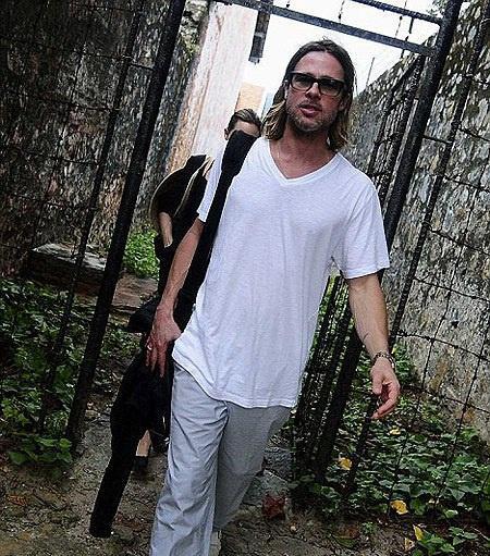 Ảnh Angelina Jolie - Brad Pitt đi xe máy ở TP.HCM 14 năm trước-9
