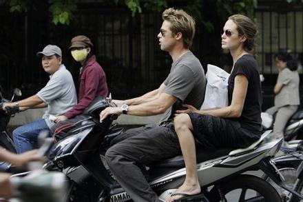 Ảnh Angelina Jolie - Brad Pitt đi xe máy ở TP.HCM 14 năm trước