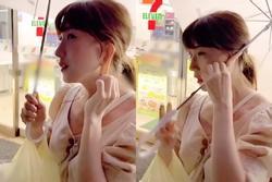 Cô gái xinh đẹp sở hữu chiếc tai kỳ lạ có thể kéo dài và cuốn cả chiếc dù che nắng khi 2 tay bận xách đồ