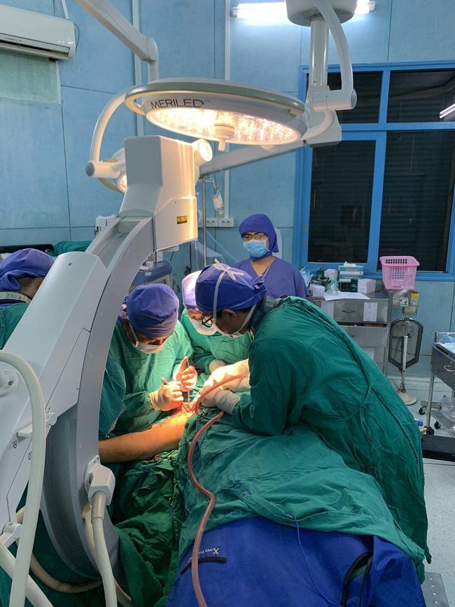Vụ cây phượng đổ đè trúng 18 học sinh: Bé trai bị đa chấn thương nặng phải trải qua ca phẫu thuật 5 tiếng-3
