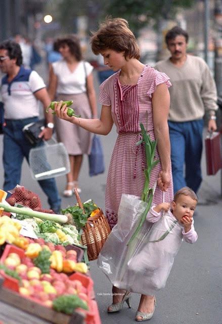 Bức ảnh người mẹ xách con đi chợ bất ngờ nổi tiếng sau 33 năm-1