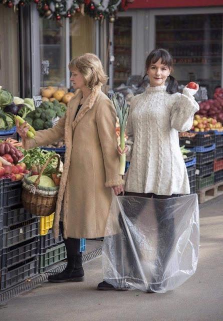 Bức ảnh người mẹ xách con đi chợ bất ngờ nổi tiếng sau 33 năm-2