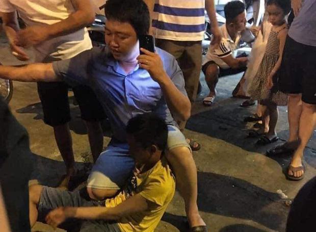 Thanh niên biến thái lôi điện thoại ra quay lén cô gái trong nhà vệ sinh, bị chồng nạn nhân tẩn sấp mặt-2