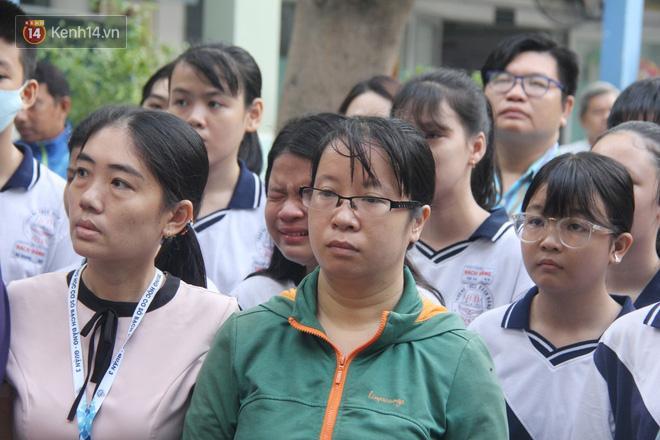 Dòng người nấc nghẹn, tiễn đưa học sinh lớp 6 bị cây đổ tử vong về nơi an nghỉ cuối cùng-14