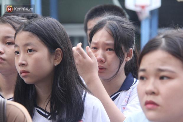 Dòng người nấc nghẹn, tiễn đưa học sinh lớp 6 bị cây đổ tử vong về nơi an nghỉ cuối cùng-12