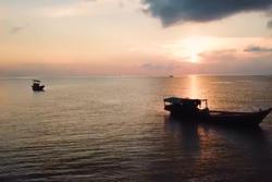 Cảnh bình minh màu hồng trên biển Phú Quốc