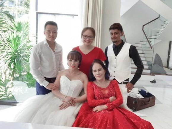 Cô dâu 63 chú rể 28 ở Cao Bằng rủ nhau chụp bộ ảnh cưới e ấp cùng cặp đôi vợ 65 chồng Tây 24-3