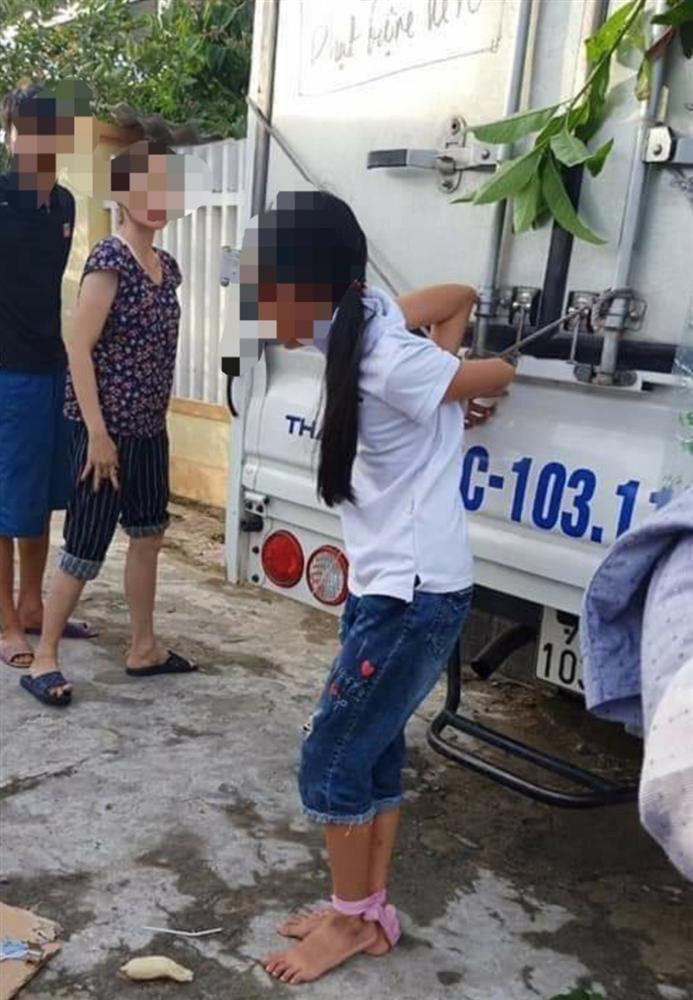 Bé gái 12 tuổi bị mẹ trói chân, tay vào thùng xe tải-2