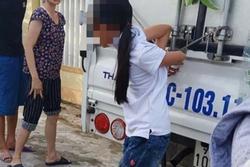 Bé gái 12 tuổi bị mẹ trói chân, tay vào thùng xe tải
