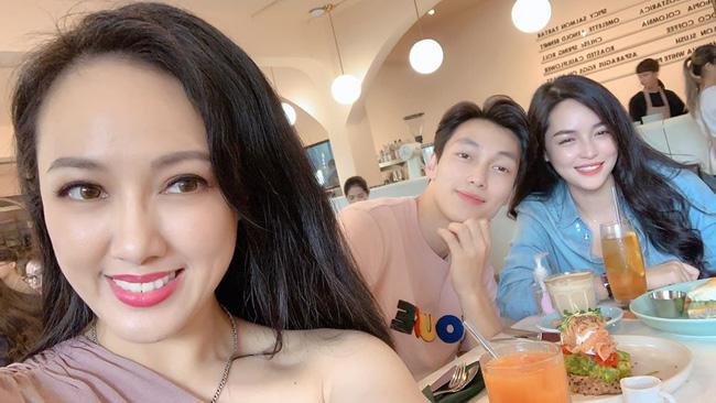 Chụp ảnh cùng hotgirl thẩm mỹ, BTV Hoài Anh gây sốt với nhan sắc cân đẹp đàn em kém 12 tuổi-1
