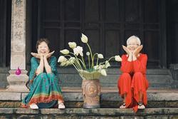 Bộ ảnh về tình bạn 2 cụ bà ở trung tâm dưỡng lão hot nhất mạng xã hội hôm nay
