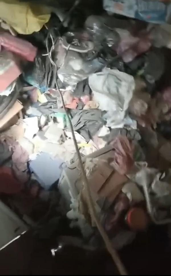 Nữ sinh Hà Nội khiến phòng trọ ngập ngụa rác thải chất cao như núi, bốc mùi hôi thối: Chủ trọ tiết lộ những điều bất thường-4
