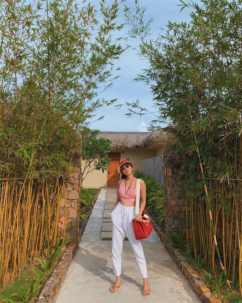 Nhà có điều kiện, Hà Tăng vẫn mê mệt dép tông và diện theo cách cực xịn chứ không lôi thôi chán đời-1