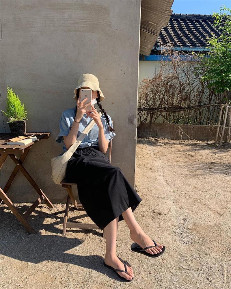Nhà có điều kiện, Hà Tăng vẫn mê mệt dép tông và diện theo cách cực xịn chứ không lôi thôi chán đời-7