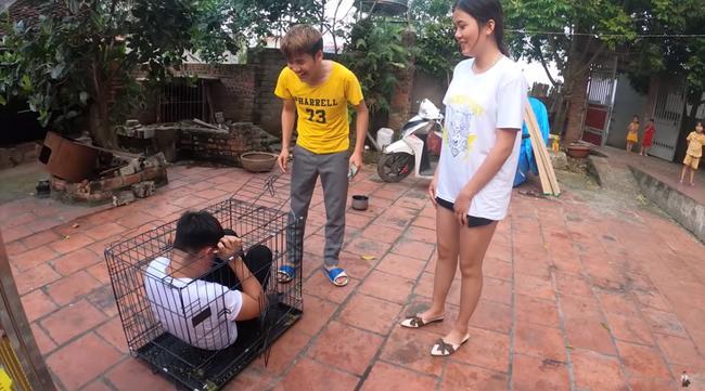 Con trai bà Tân Vlog hứng rổ gạch đá khi nhốt em gái trong chuồng chó để trả thù-2