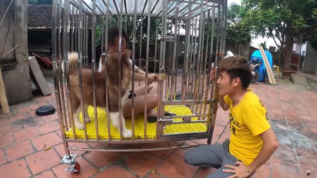 Con trai bà Tân Vlog hứng rổ gạch đá khi nhốt em gái trong chuồng chó để trả thù-1