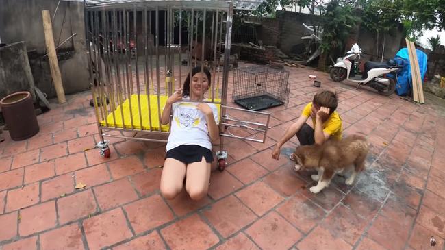Con trai bà Tân Vlog hứng rổ gạch đá khi nhốt em gái trong chuồng chó để trả thù-4