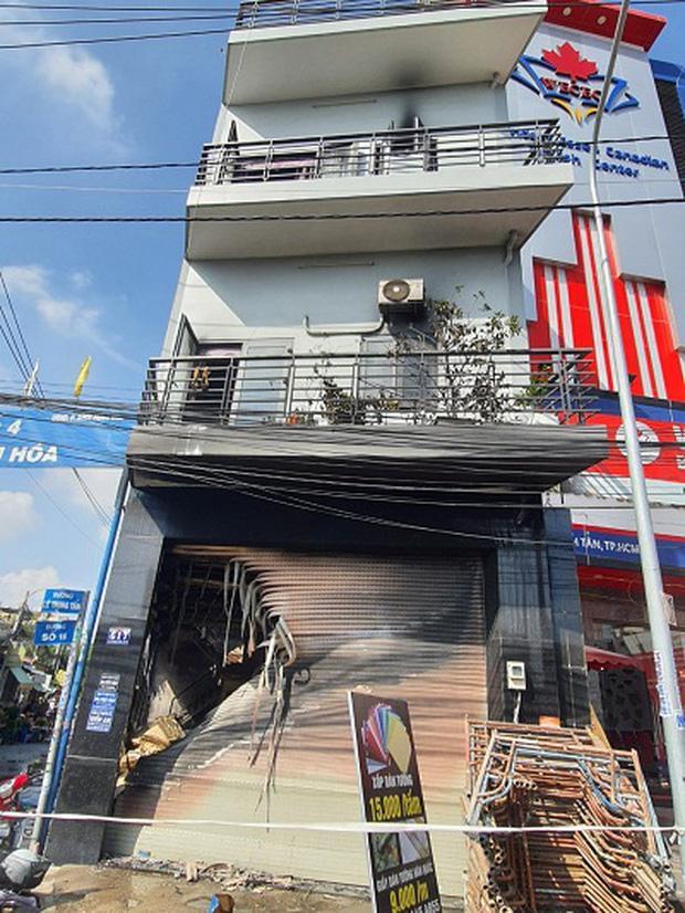 Một trong số 7 người được giải cứu tại vụ cháy căn nhà 3 tầng ở Sài Gòn đã tử vong-1