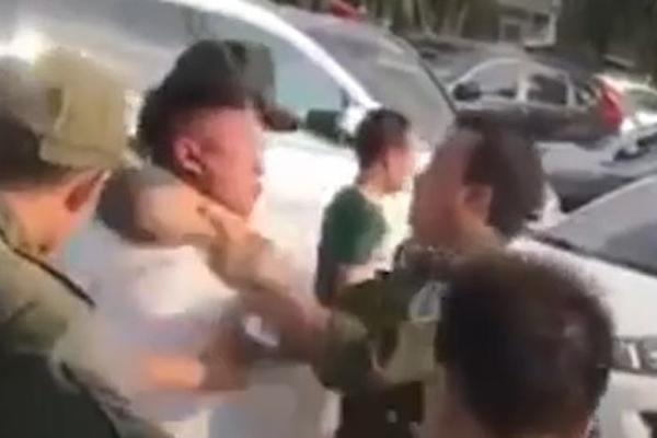 An ninh sân bay Nội Bài bị nhổ nước bọt khi trấn áp cò mồi taxi-1