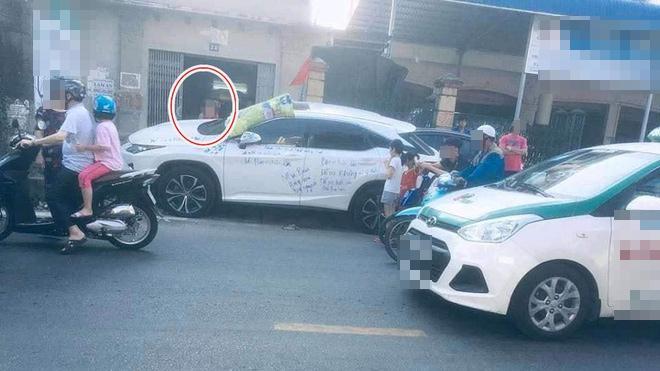 Dân mạng xôn xao siêu xe Lexus bị viết chi chít mực, nội dung dòng chữ làm ai cũng ngán ngẩm-1