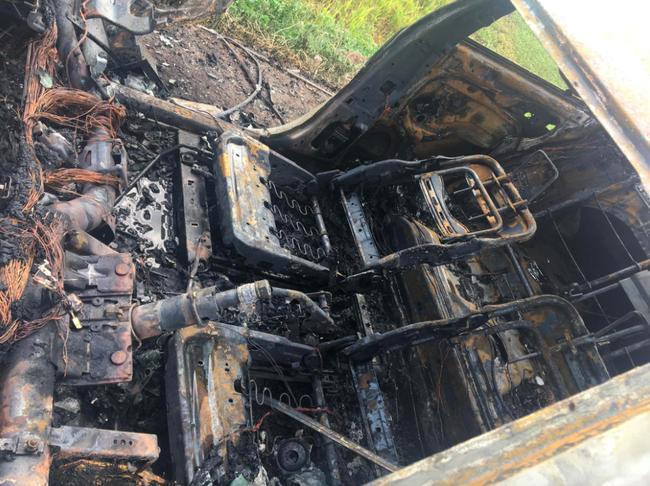 Clip: Ô tô cháy ngùn ngụt, tài xế gào khóc nhờ người chui vào lấy hộ giấy tờ vì Em non gan lắm-5