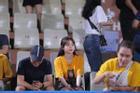 Bất ngờ chưa: Chiếc áo Huỳnh Anh mặc đi cổ vũ bạn trai chính là áo đôi Quang Hải diện khi hẹn hò Nhật Lê ngày 8/3