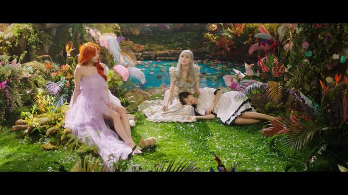 Twice chính thức comeback với More & More: Nhạc ổn, MV ảo diệu nhưng sai nhất lại chính là… Momo-3