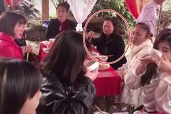 Giữa đám cưới, 2 cô gái ở Tuyên Quang cạn hết cả bát rượu, phản ứng người phụ nữ bàn bên mới bất ngờ