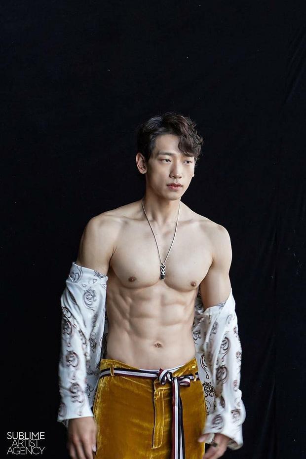 Cái nóng 40 độ cũng không hầm hập như múi bụng của Bi Rain: Ông xã 38 tuổi của chị Kim Tae Hee, bố bỉm sữa 2 con đây ư?-1
